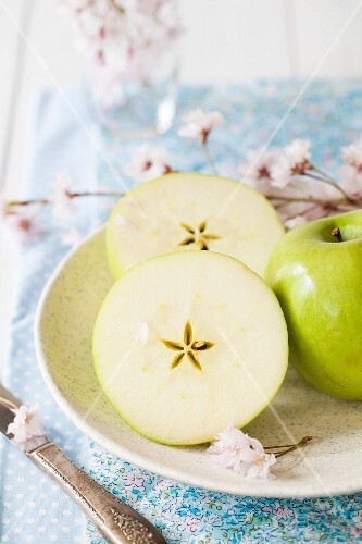 Green apples, whole and halved