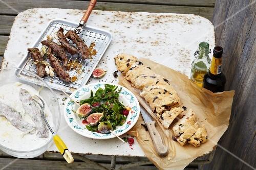 Marinierte Lammfilets, gegrillte Feigen zu Blattsalat, Olivenbrot