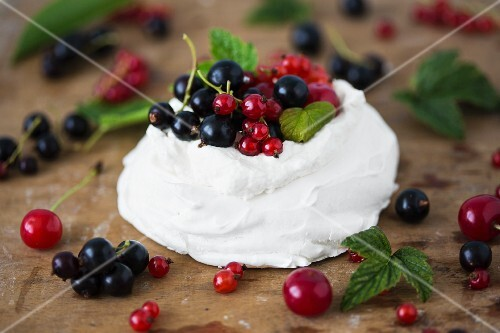 Mini pavlova with fresh fruits