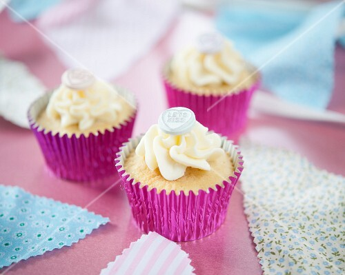 Cupcakes with sugar hearts for Valentine's Day