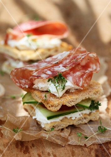 Crispbread with cream cheese, cucumber and salami