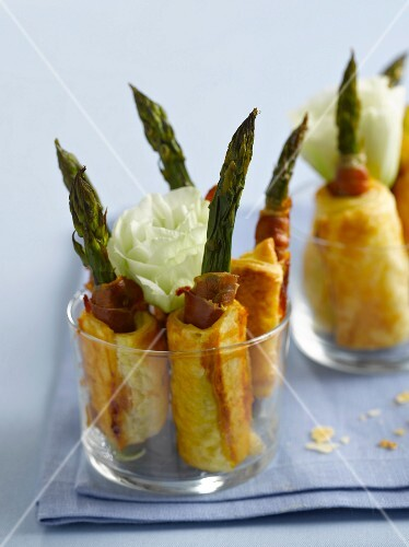 Green asparagus in puff pastry