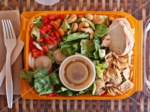 Chinesischer Hähnchensalat in einer Plastikbox