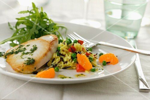 Wild rice salad with oranges and fish