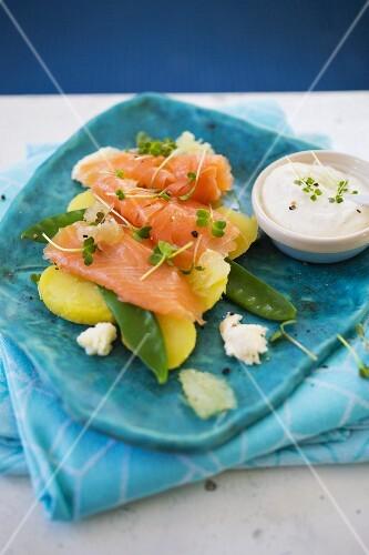 Smoked salmon with potatoes, mange tout and crème fraîche