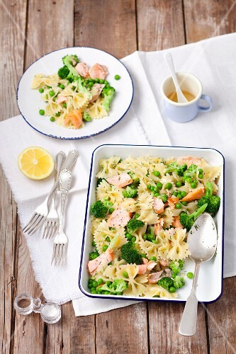 Farfalle salad with broccoli, peas and baked salmon