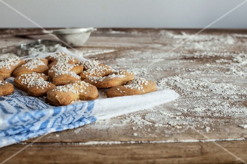 Boot-shaped Christmas biscuits with sugar nibs