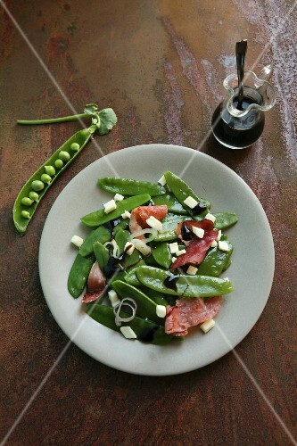 Mange tout salad with ham, mozzarella, onions and balsamic sauce