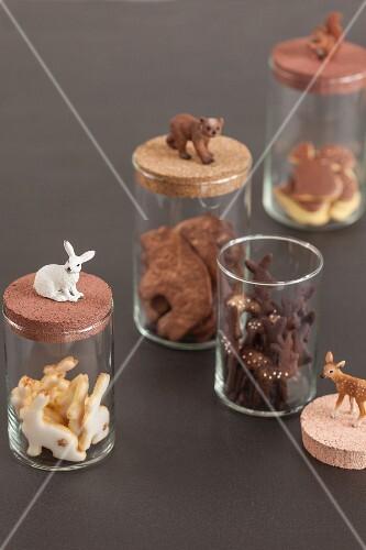 Tiermotiv-Plätzchen in Vorratsgläsern dekoriert mit passenden Tierfiguren