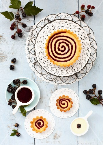 A custard cream tartlet with blackberry sauce (seen from above)