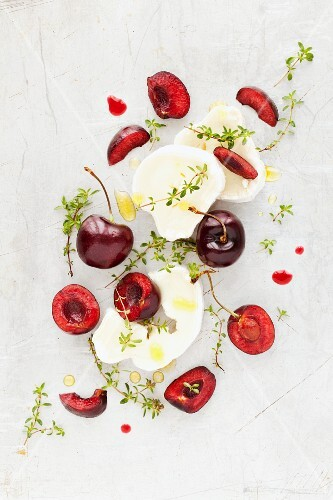 Goat's cheese with fresh cherries and thyme (seen from above)