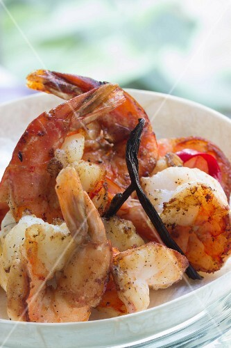King prawns with bourbon vanilla and lemon slices