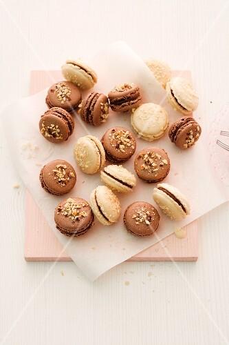 Macarons mit gehackten Nüssen für Weihnachten