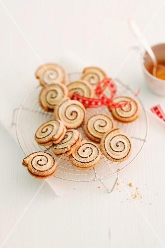 Spekulatius spirals (German Christmas shortcrust biscuits) on a wire rack
