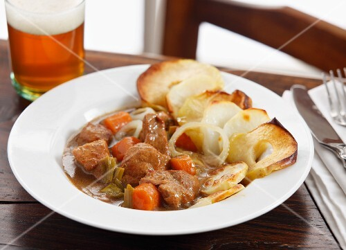 Beef casserole with fried apple rings