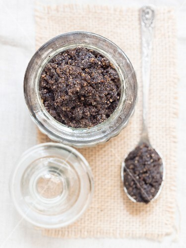 A homemade, anti-celulite exfoliation treatment made from coffee