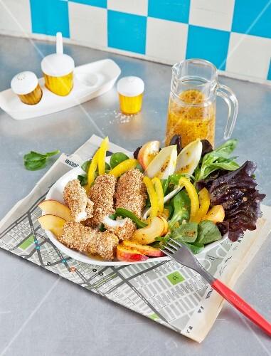 Selbstgemachte Fischstäbchen auf Blattsalat