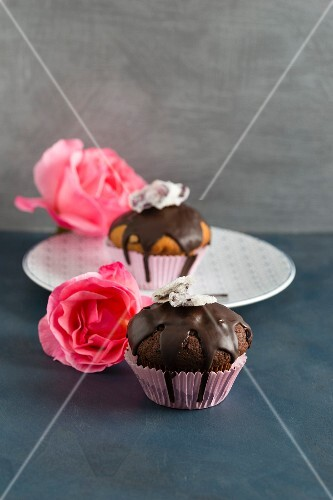 Muffins decorated with candied rose petals