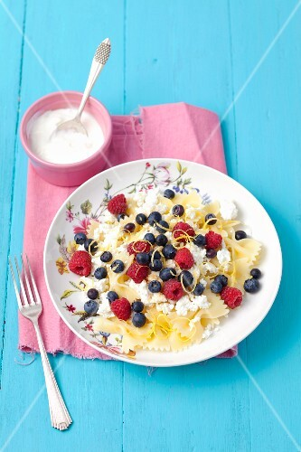 Farfalle with quark and berries