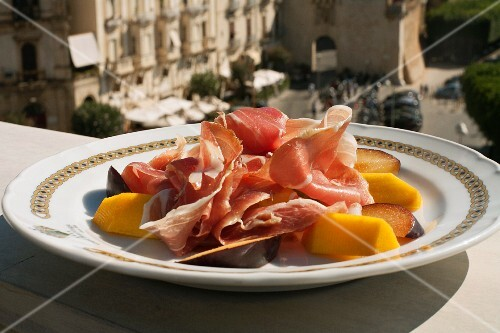 Ham with melon and plums