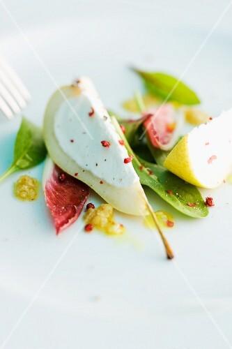Gefüllte Birne mit rotem Pfeffer auf Salat