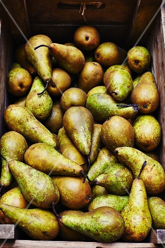 A crate of ripe pears