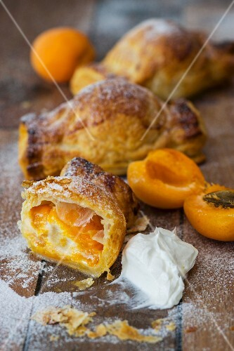 Puff pastries filled with apricots and goat's cheese