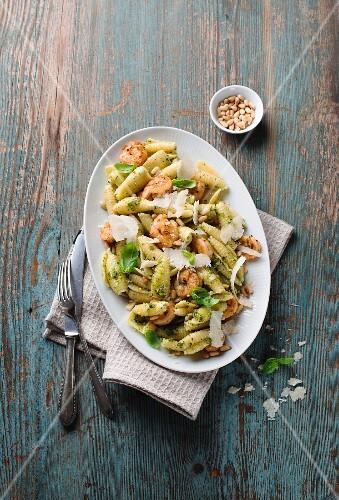 Pasta salad with prawns and pesto