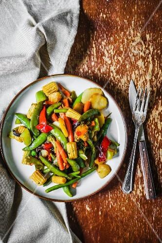 Gebratenes Gemüse mit Maiskölbchen (Draufsicht)