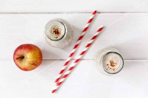 Breakfast smoothies with oats, apple and banana