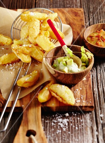 Beer-battered potato chips with a spicy tomato and avocado dip (Australia)