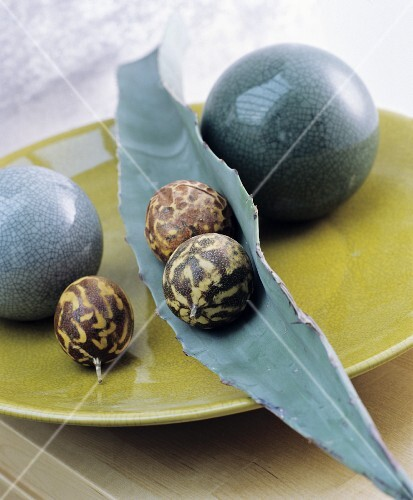 Oriental-style decoration ideas: balls, fruit and a leaf on a flat dish