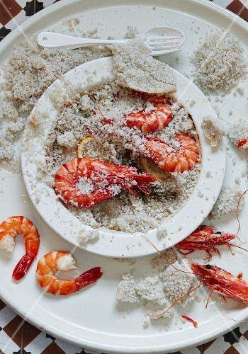 Prawns baked in salt