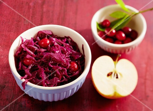 Apple red cabbage with cranberries and cherry juice