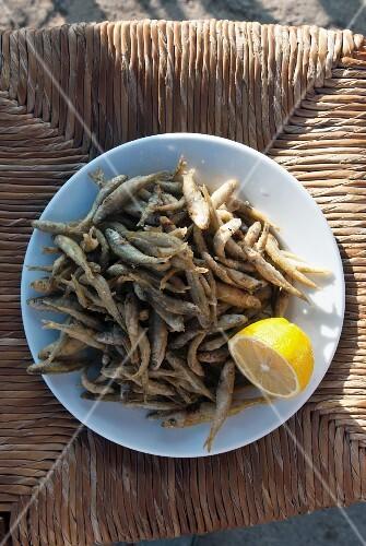 Fried anchovies with lemon