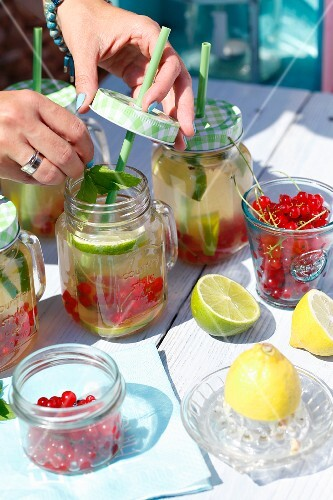 Fruity lemonade with mint