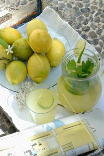 Lemonade and lemons on a tray