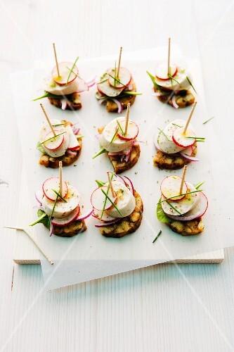 Pretzel dumplings with white sausages on sticks