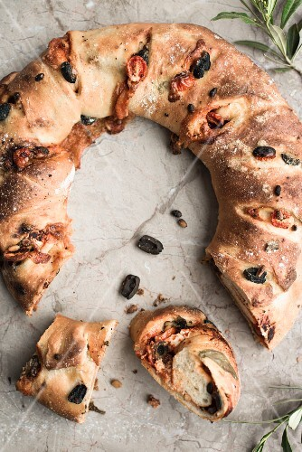An olive and goat's cheese bread wreath