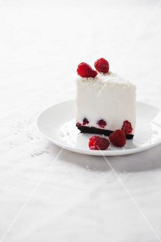 Coconut cheesecake with fresh raspberries