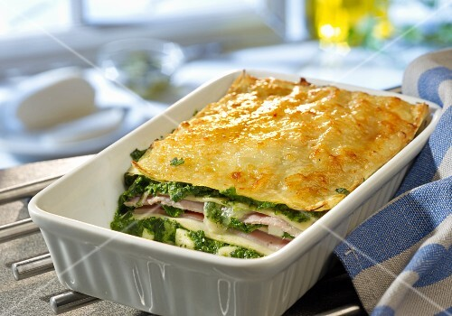 Spinach lasagne with ham and mozzarella