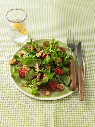 Lamb's lettuce with raspberries and walnuts