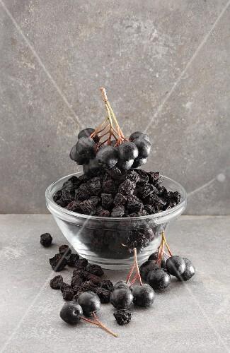 Dried and fresh aronia berries