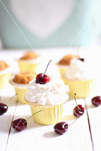 Muffins with cream and cherries
