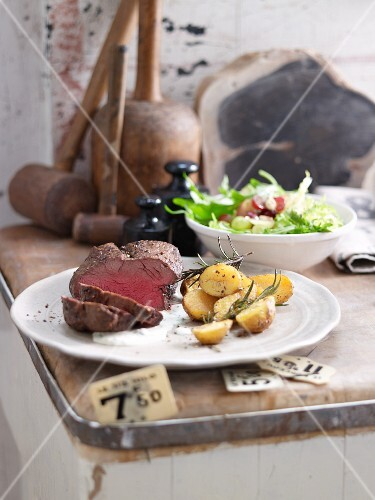 Chateaubriand with salad and rosemary potatoes