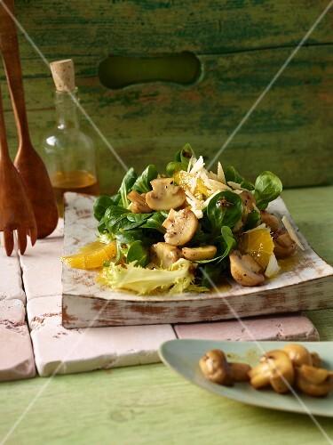 Lamb's lettuce with honey-glazed mushrooms and orange orange fillets