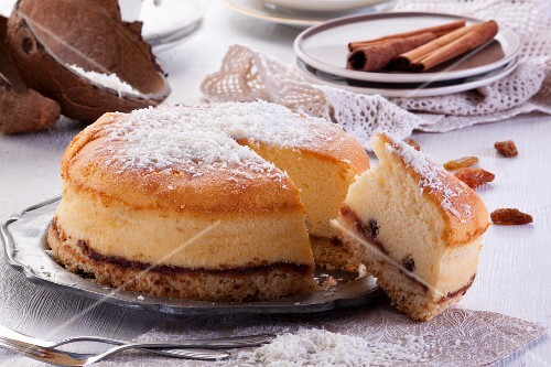 Cheesecake with cinnamon, raisins and grated coconut