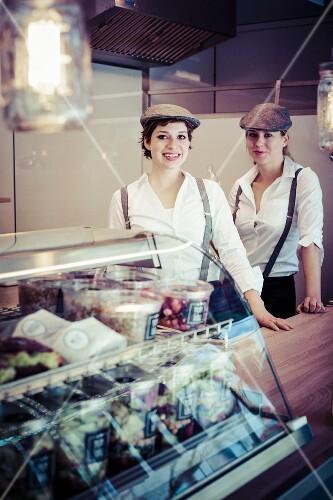 Zwei Frauen in einem Food Truck