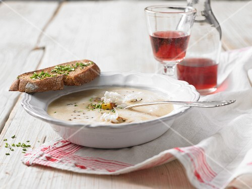 Horseradish soup with country bread