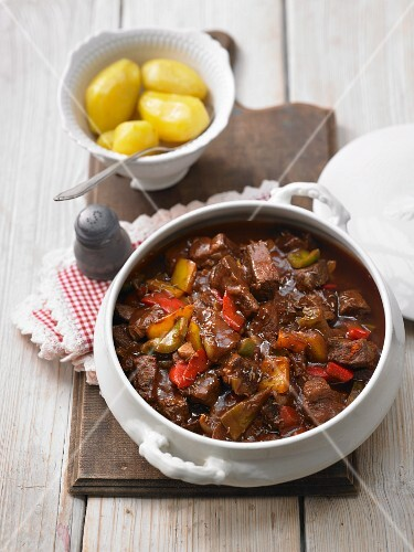 Pepper goulash with salted potatoes